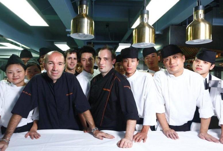 Les frères Pourcel en cuisine avec leur brigade à la Maison Pourcel à Shanghai