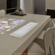 En première mondiale un plan de cuisine avec clavier d'ordinateur et écran en Dupont Corian.
