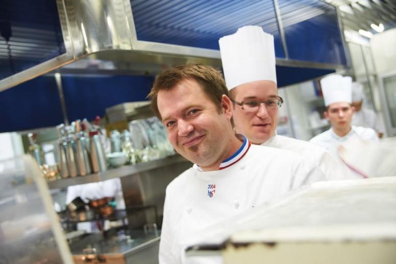 Eric Pras, suivi de son second, dans les cuisines de Lameloise à Chagny