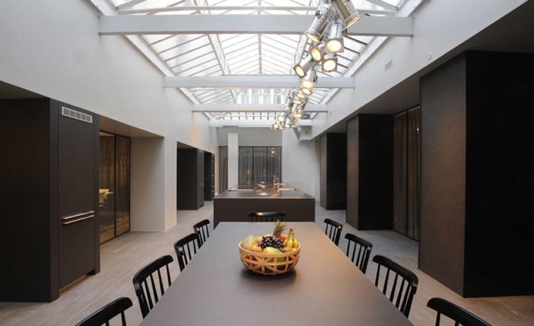 Elégant et convivial, le cadre unique de Cuisine attitude met en scène un atelier de création, surplombé d'une sublime verrière.
