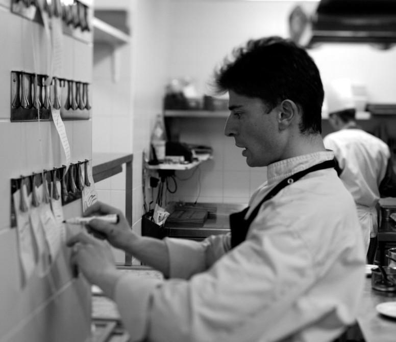 Le chef Jean Sulpice dans les cuisines de son restaurant