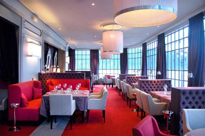 Au Palace de Menthon, la décoration feutrée, toute en nuances prune, rouge et fuschia du restaurant Le Viù donne une réinterprétation réussie des années 1900.