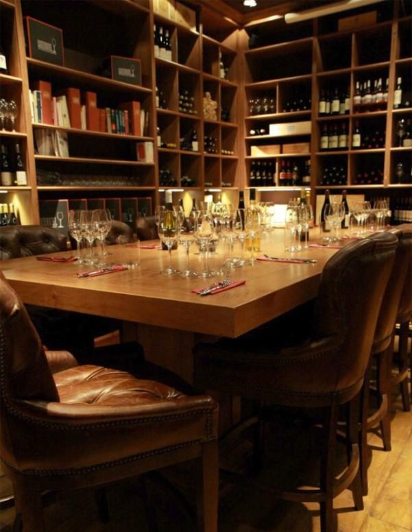 Chaque jour, Ô Chateau propose 40 grands vins de France et d'ailleurs au verre dans un espace exceptionnel au coeur de Paris : Château Pétrus, Château d'Yquem, Château Margaux, Dom Pérignon, Krug, La Romanée-Conti et bien d'autres sont ainsi proposés à la dégustation.