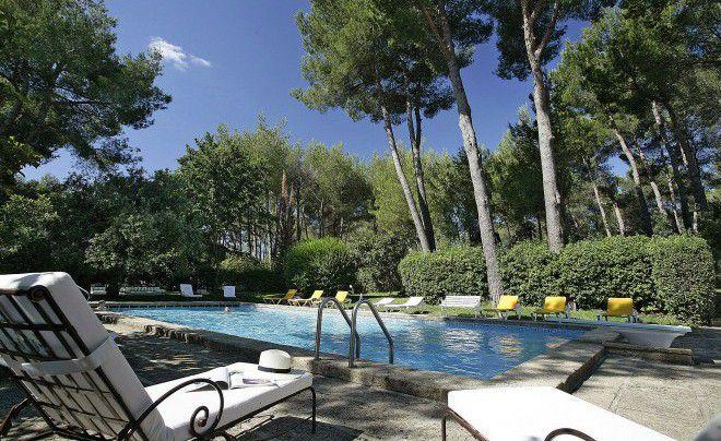 C'est à 10kms d'Avignon la Cité des Papes, dans la belle campagne provençale, que se situe l'Auberge de Noves, hôtel restaurant 4*, au cœur d'un parc de 15 hectares planté de cistes, de chênes, de cyprès et de pins.