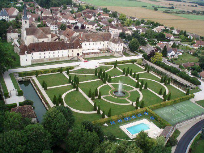 Au coeur du village, le château de Gilly-le-Citeaux, vu du ciel, avec son parc, sa piscine, son terrain de tennis et sa dépendance