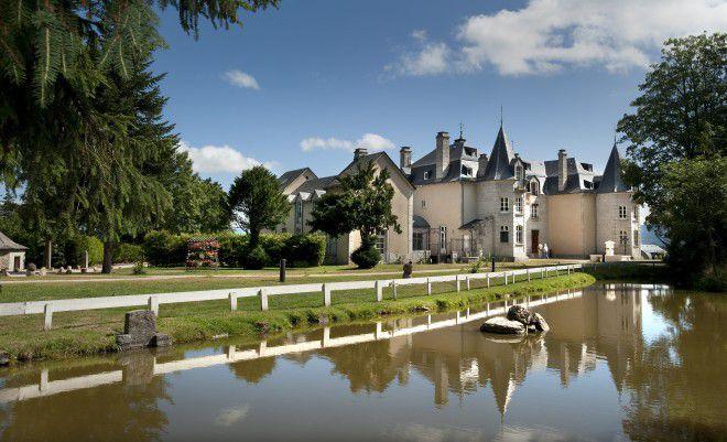 A l'extérieur, une élégante demeure du XIXème siècle, entourée d'un parc de 12 hectares... A l'intérieur, une atmosphère contemporaine et glamour...