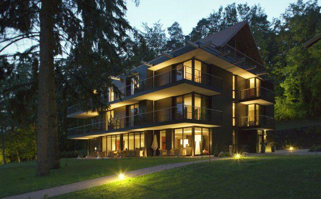 Subtil mélange de bois et de verre ouvert sur le site exceptionnel du Parc Régional des Vosges du Nord, l'hôtel K se fond littéralement dans son cadre.