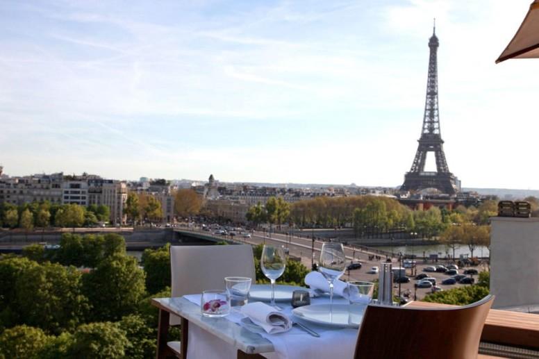Suspendue sur les toits, au dernier étage du Théâtre des Champs Elysées, la vue époustouflante de la nouvelle terrasse Montaigne s'étend du dôme des Invalides à la Tour Eiffel telle une avancée sur la Seine.