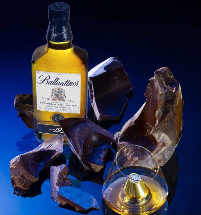A la croisée de la création artistique et de l'alliance gourmande, Patrick Roger réinvente l'accord Whisky et Chocolat pour Ballantine's 12 ans d'âge.