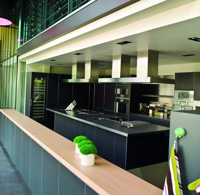 La cuisine de l'école équipée par Bulthaup avec des fours Gaggenau, elle peut accueuillir des groupes de 10 personnes maximum, matin ou après-midi.