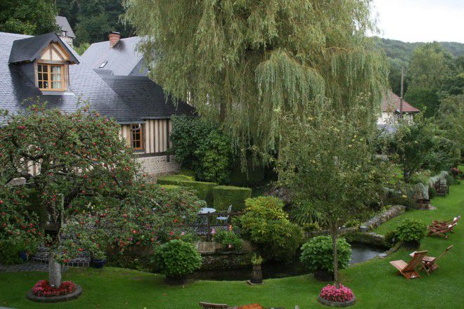 A seulement 10 km de Deauville et 4 km de Honfleur, voici un hôtel de charme qui incarne le calme et le charme des anciennes demeures normandes.