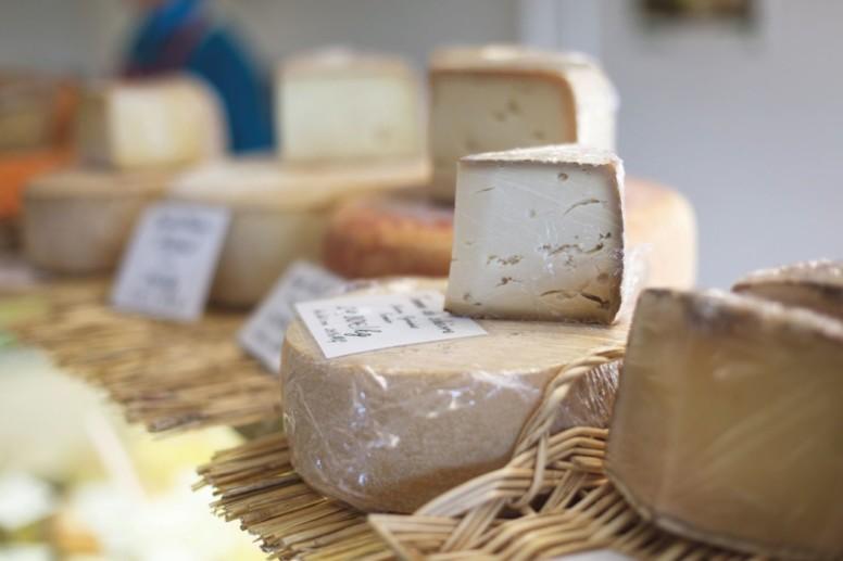 Sur les étals, plus de 150 variétés de fromage ont été sélectionnées avec attention par Yohann Nicolas