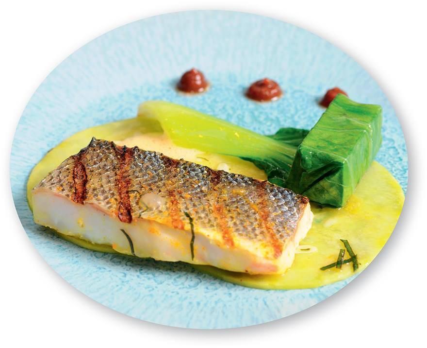 Plat principal : bar du golfe de Corinthe grillé, calebasse (courge), griffes et bouillon de moules au curry