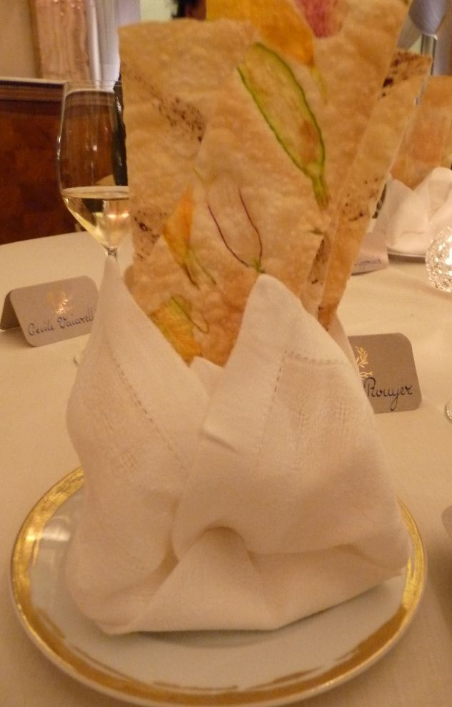 Tartine de pain sur lesquelles ont été imprimées des motifs de fruits et légumes de manière à reconstituer un tableau éphémère