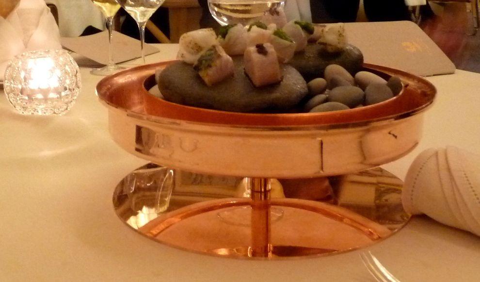 On commence alors par la bonite et son condiment olive noire, et on continue dans le sens inverse des aiguilles d'une montre avec la seiche à la poudre de câpre, le chapon et son coulis de fenouil, la gallinette et sa purée de céleri puis, on termine par le maquereau citronné.
