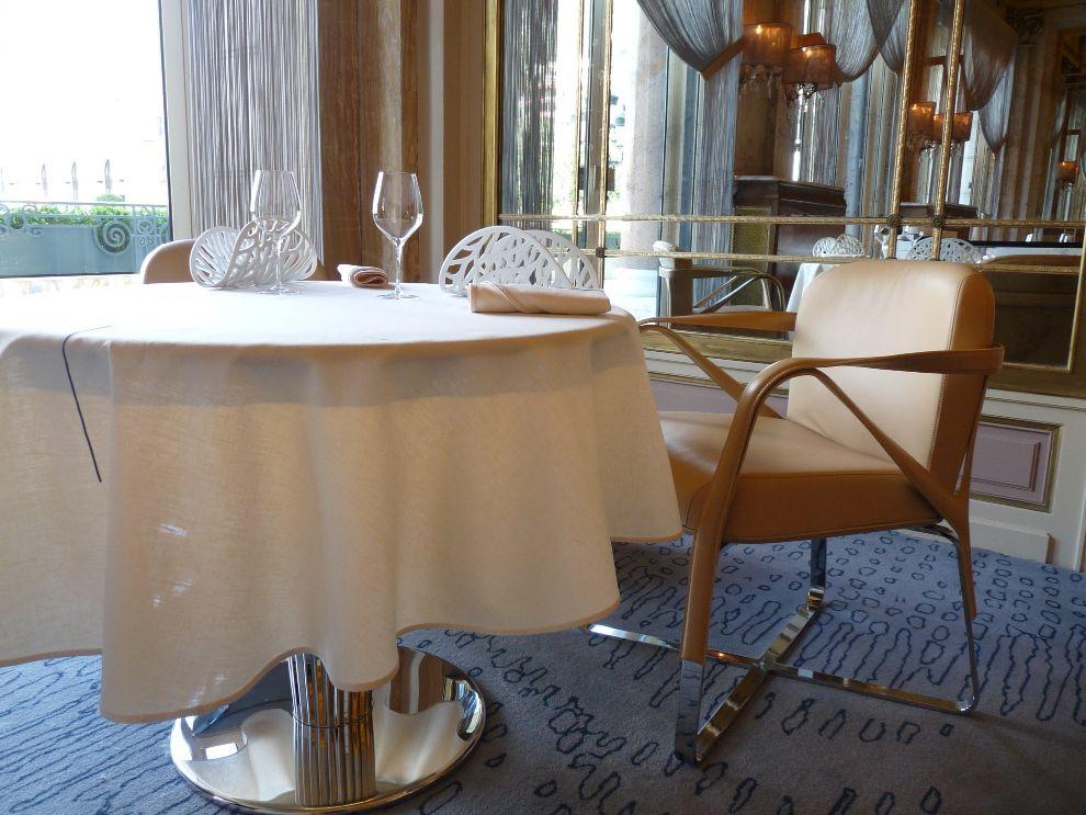 Pour Alain Ducasse, le luxe doit se faire dans l'élégance et la discrétion d'où les plateaux de tables recouverts d'un simili cuir ultra-doux. A caresser sans modération !