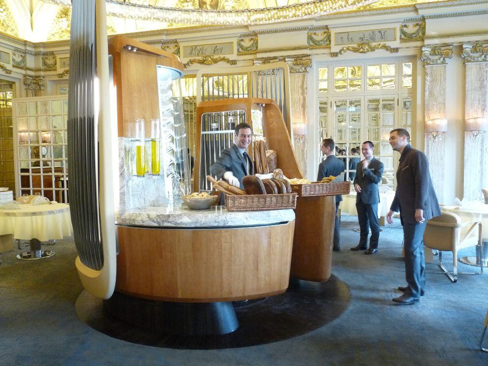 Situé au centre de la salle de restaurant, l'Office met en avant le travail de préparation réalisé par les équipes de salle.