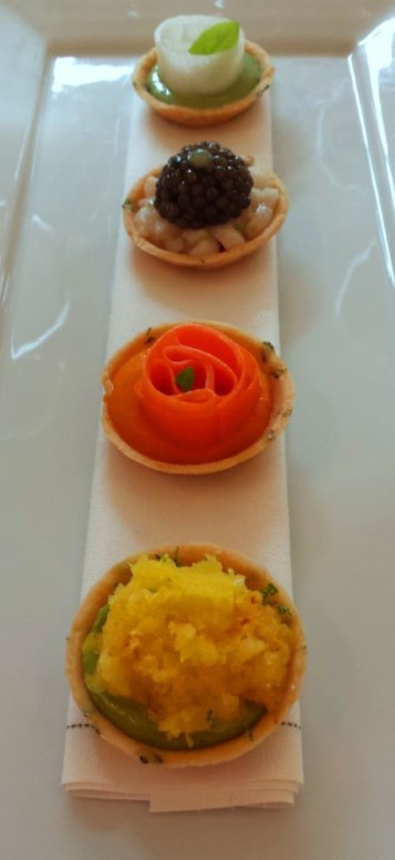 De haut en bas: tartelette crème d'oseille Daïkon ; tarte de bar, caviar osciètre, condiment citronné ; carotte-gingembre ; crème de basilic, betterave jaune râpée, citron vert.