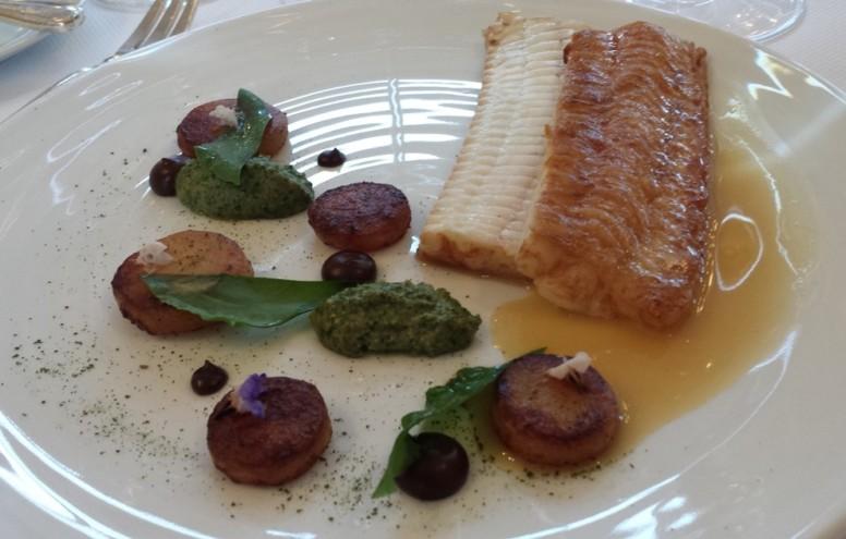 Sole de Bretagne, condiment ail noir, pommes de terre de Noirmoutier, purée de fanes (oseille, oseille, carotte, bourrache et céleri) et huître.