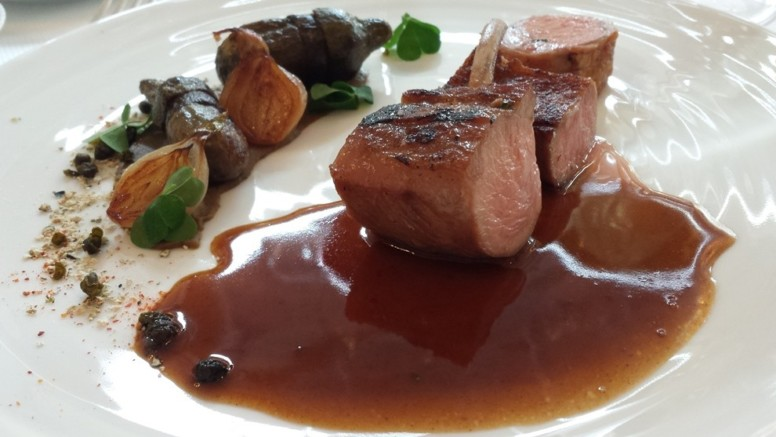Agneau de lait de l'Aveyron au sautoir, aubergines grillées, oignon confit, câpres, oxalis, jus infusé à la sarriette