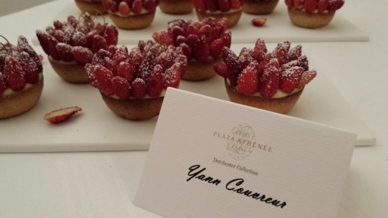 """Pour cette réunion, les pâtissiers du Club des Sucrés ont du composer sur le thème du """"rouge"""". En portrait, voici la tarte aux fraises de Yann Couvreur_© Clémence Rouyer"""