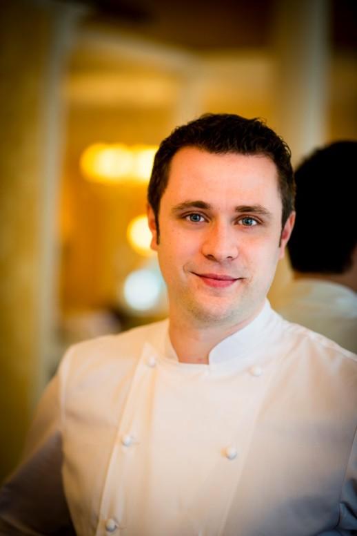 Ancien du Rech*, restaurant gastronomique spécialiste du poisson, Adrien Troullioud dirige désormais les cuisines du restaurant Lasserre depuis un peu plus de huit mois.