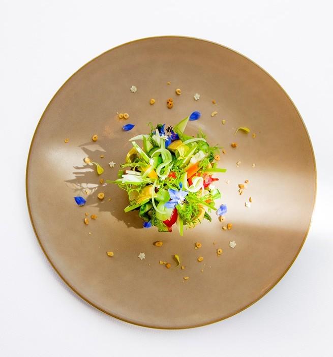 Bouquet de fruits et légumes des jardins d'Ile de France: condiment avocat, melon, radis, huile d'olive fruitée des Beaux de Provence. Une combinaison de textures, de saveurs et de parfums d'été.