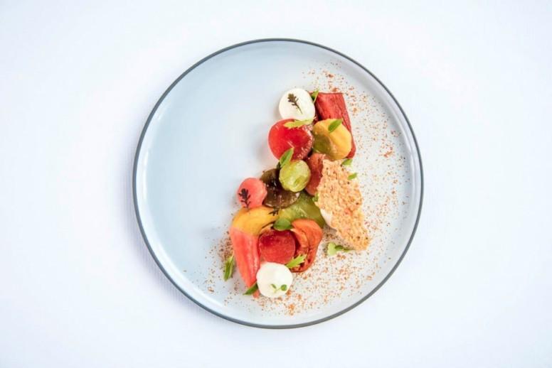 Tomates de Marmandes mi-confites, huile d'olive fruitée-vert, pistou de basilic, crème de Burrata, chips de pépins de tomate.