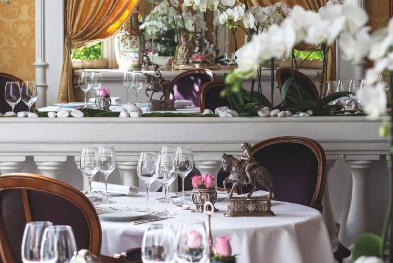 Décorée dans un style Belle-Epoque, la salle du restaurant Lasserre est une véritable institution parisienne.
