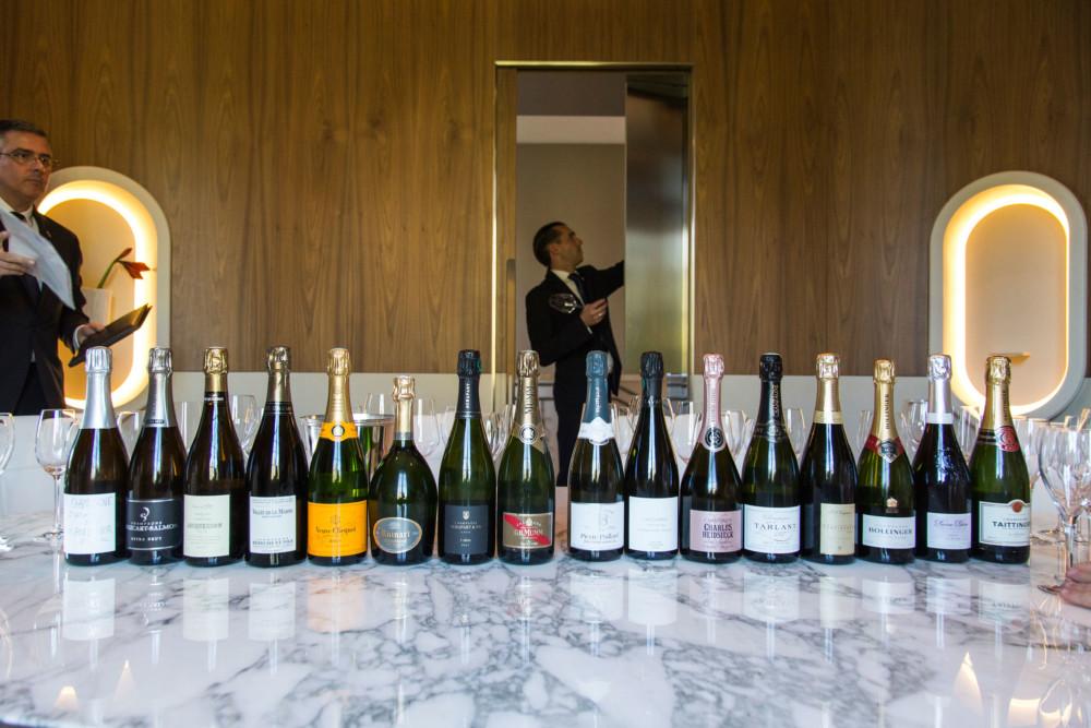 Près de 300 maisons de  champagne  et 15 800 vignerons se  partagent le vignoble de la Champagne.