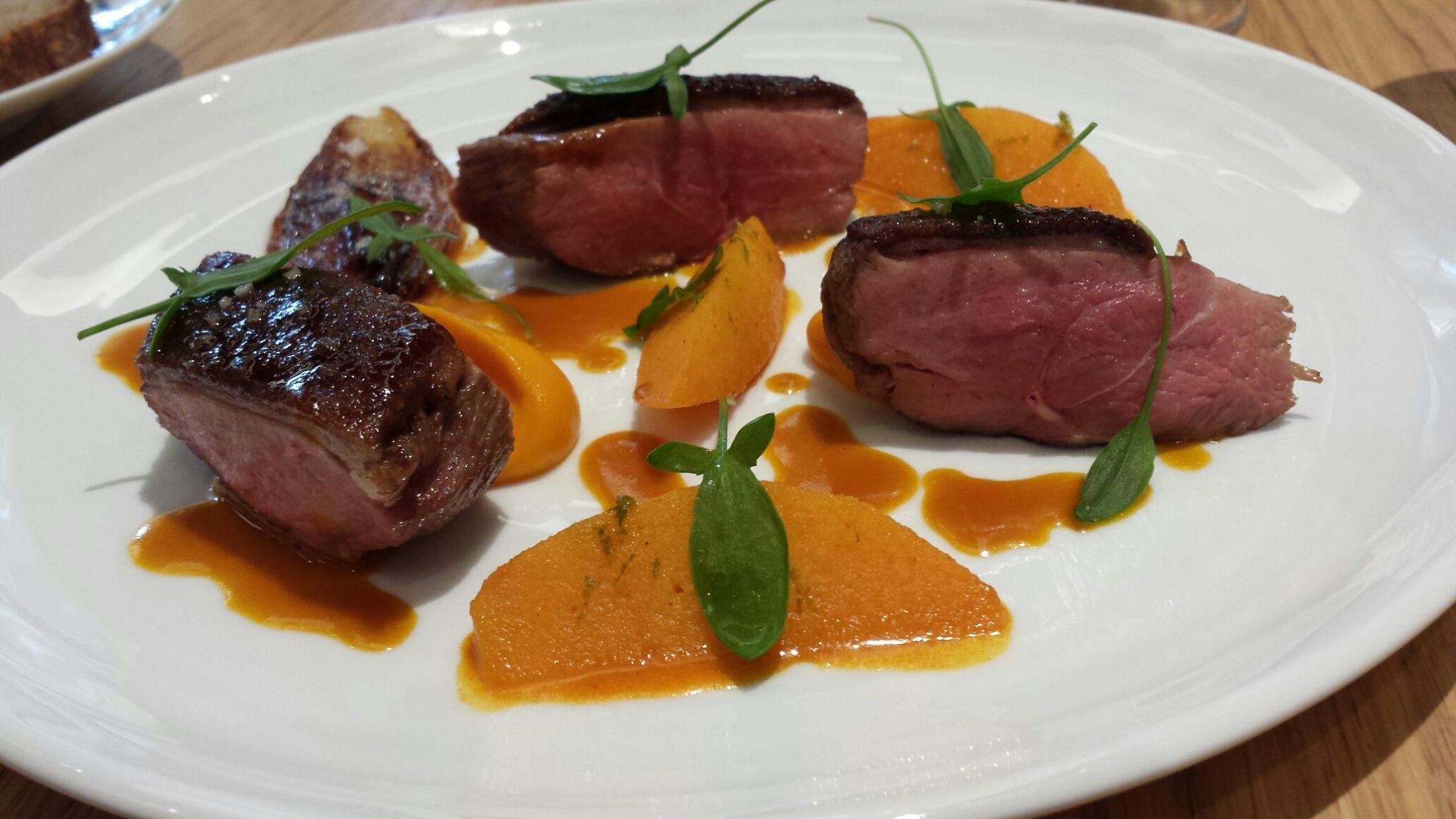 Canard de Challans, fine purée de carottes, coing acidulé, échalotes confites, feuilles d'oseille_© Clémence Rouyer