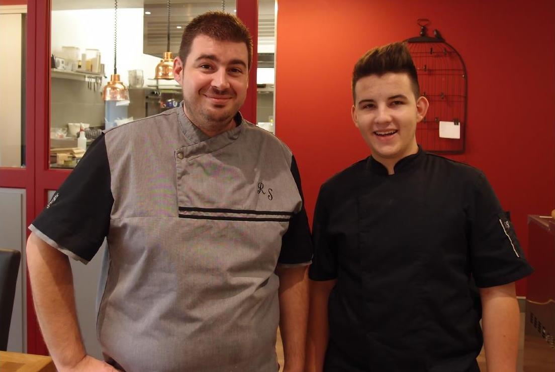 baptiste Novuier, 19 ans, demi-finaliste bourguignon du concours Meilleur Apprenti de France au côté de Richard Sauvageot, chef du restaurant Chez Richard à Meursault.