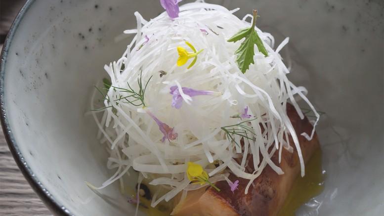 Foie gras poêlé pulpe de citrons rôtis poivre Tchuli & émincé de chou rave
