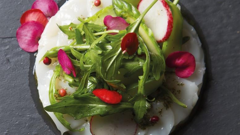Carpaccio de St Jacques au pesto de roquette, émulsion de baies roses et salade croquante