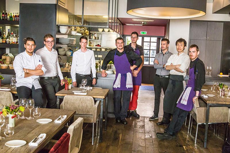 Toute l'équipe de la Maison des Cariatides à Dijon qui fait désormais partie des 42 restaurants une étoile 2016_© Arnaud Dauphin Photographies