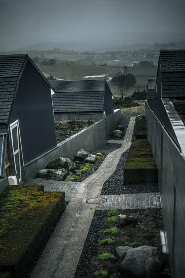 Semi-enterrées,les chambres de la maisonBras appellent les burons,ces anciennes cabanes debergers où ils passaient la nuitet affinaient leur fromage.