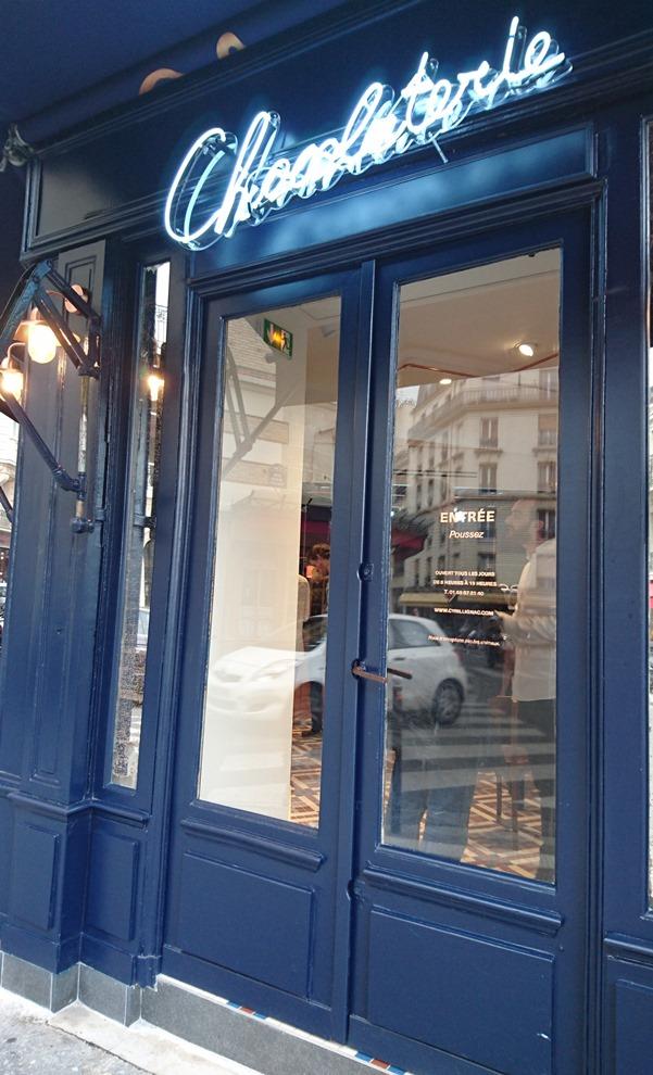 Située juste en face du restaurant le Chardenoux, la Chocolaterie offre un véritable espace de vie à l'intérieur et à l'extérieur de la boutique_© Clémence Rouyer