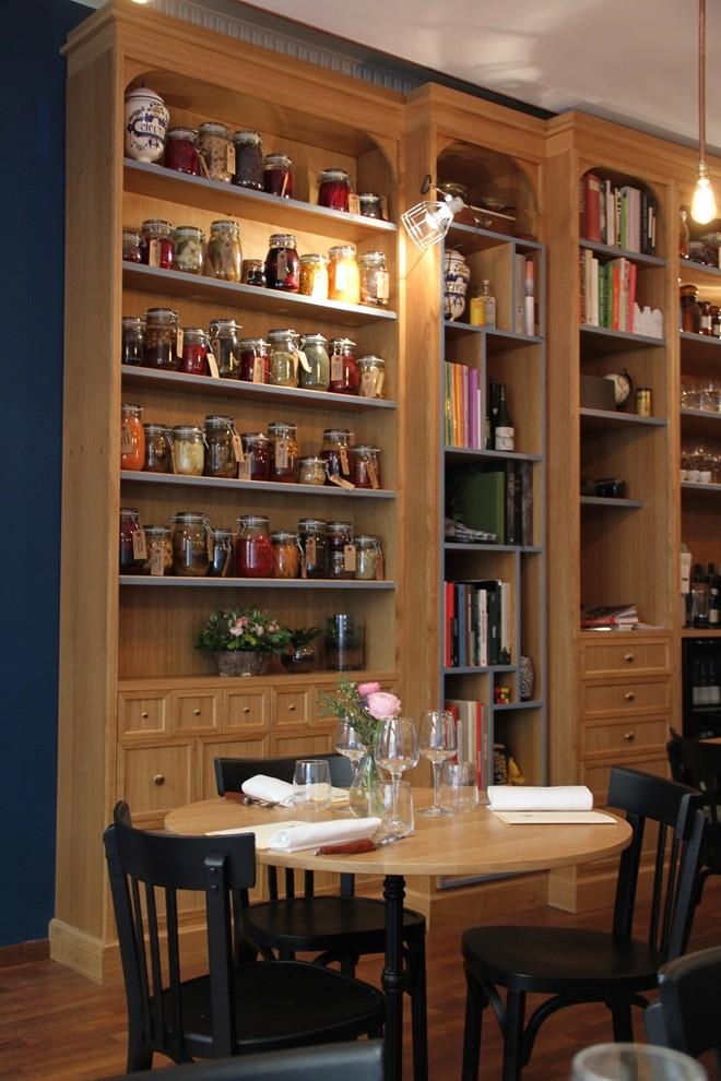 livres de cuisine, bocaux, objets chinés, la bibliothèque des Apothicaires est un véritable cabinet de curiosité_©_DR