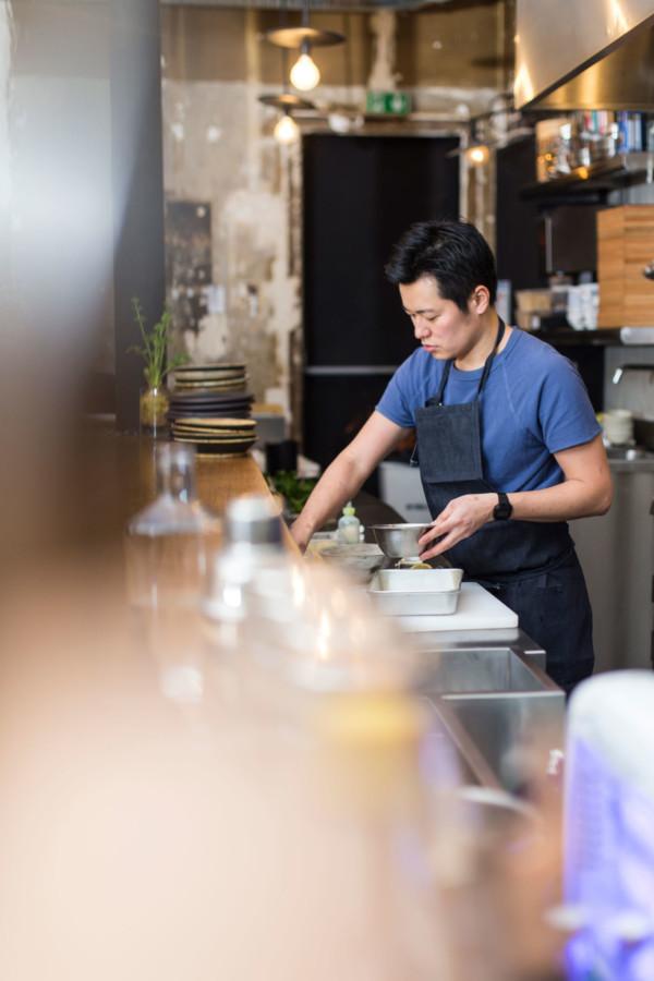 Derrière son bar, Taku Sekine compose, teste, assemble pour élaborer une cuisine qui ne ressemble à aucune autre.