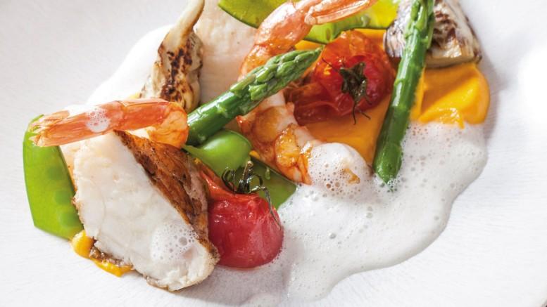 Lotte & gambas rôties, purée de carottes, légumes printaniers et émulsion parmesan
