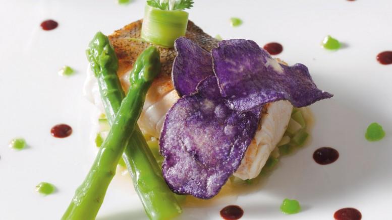 Dos de sandre de Saône rôti sur peau aux asperges vertes de varois et chaignot, caramel au pinot noir