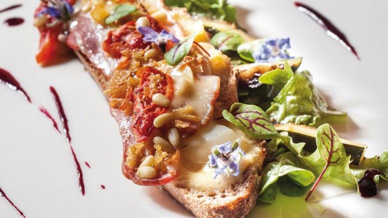 Tartine de soumaintrain au lard et aux poires pochées, mesclun
