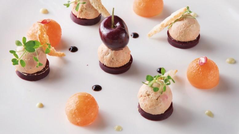 Atomium de foie gras fondant aux cerises et melons Mouillettes parfumées à l'anis vert