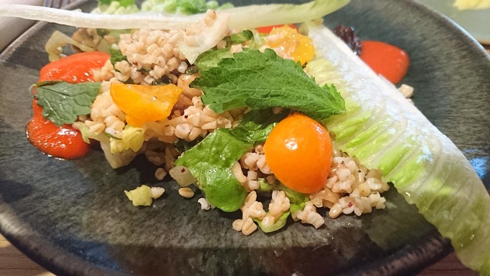 Salade de Boulgour bio aux fruits moelleux (figue, kumquat, dattes), cacahuète, avocat, coulis de Piquillos_© Clémence Rouyer