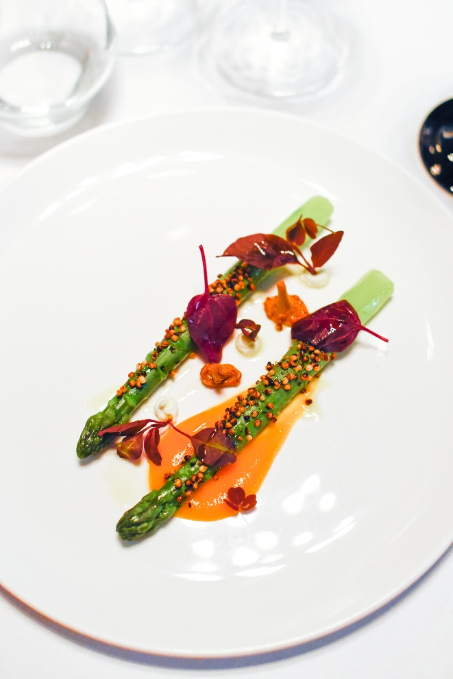 Asperges vertes /chou-fleur / beurre Nantais / yuzu / riz noir_© S.Biteau