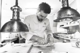 Chef Anthony Bonnet dans les cuisines de Cours des Loges à Lyon