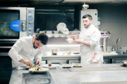 Anthony Bonnet en cuisine de Cours des Loges avec son second pour réaliser les plats du magazine