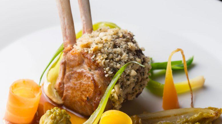 Carré d'agneau et légumes de la ferme de l'Abbé Rozier d'Anthony Bonnet chef de Cours des Loges