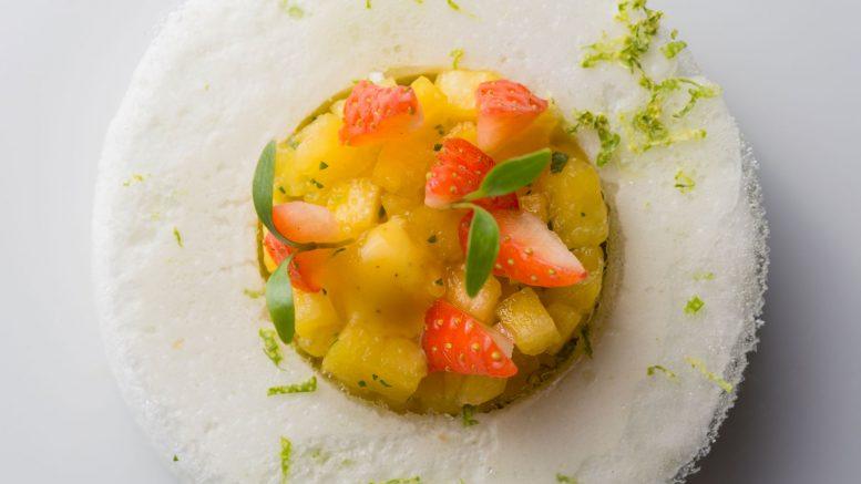 Dessert Meringue Ananas et fraise coriandre du chef anthony de bonnet de cours des loges de lyon