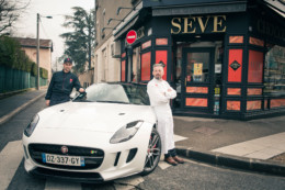 Le patissier Richard Sève et un collaborateur posent auprès du coupé Jaguar Type F devant sa boutique de Champagne au Mont d'Or.